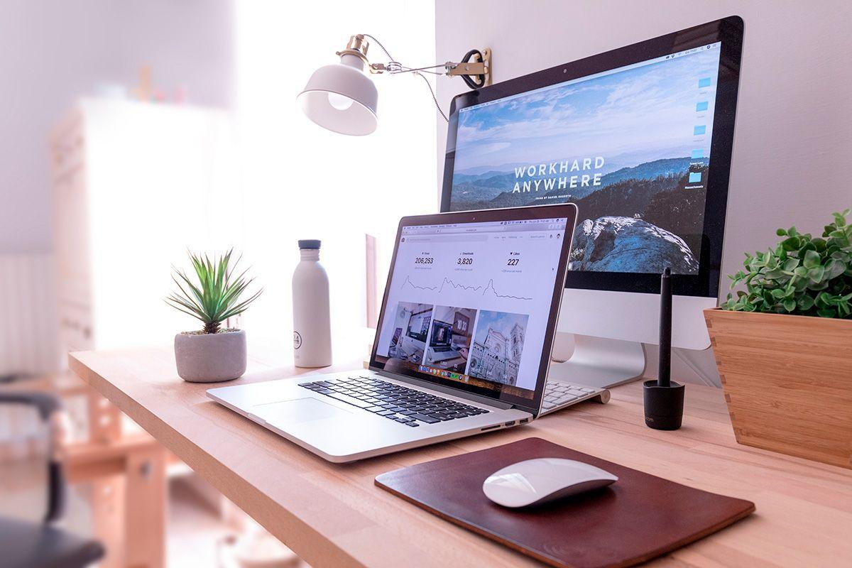 portatile macbook pro e mac fisso, con sito web sviluppato da baffelli sullo schermo